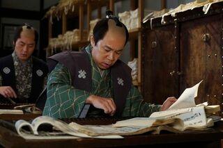 時代劇初挑戦の岡村隆史、一心不乱な表情でそろばんをはじく場面写真が到着