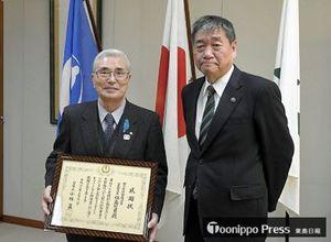 感謝状を手にする福島社長と小林市長