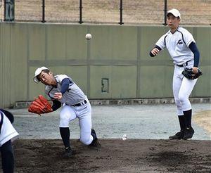 初戦前日、軽めに投球練習した八学光星の投手陣の横山(左)と山田=25日、大阪府高槻市