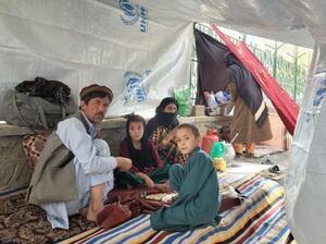難民キャンプで暮らす家族=6日、アフガニスタン・カブール(タス=共同)