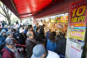 年末ジャンボ宝くじを買い求める人たち=20日午前、東京・銀座
