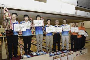 優勝したむつボウルCの(左から)大室、中村、田窪ら上位入賞者たち