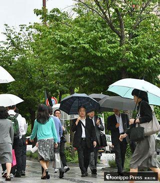 梅雨入り青森県内、雨足強く傘の花