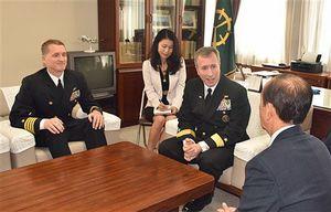 小桧山市長(右端)と懇談するフォート少将(中央右)。左端はパミル大佐=1日