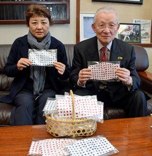 「マスクが不足しているので、多くの人に使ってもらいたい」と話す澤田社長(右)と葛西代表