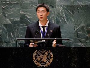 国連本部でのイベントでスピーチするBTSのリーダー、RMさん=20日、ニューヨーク(ロイター=共同)