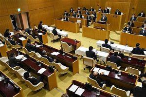 新型コロナウイルス対策で、議席の間隔を通常より広げた弘前市議会の議場。換気のため、扉(左側)は開けたままにしている=5日