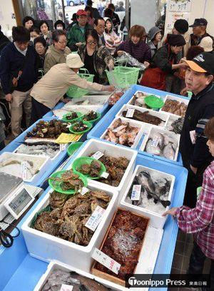 新鮮な地場の魚介類などを買い求める客でにぎわう深浦まるごと市場