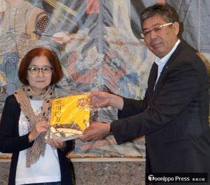 加藤館長(右)から記念品の図録を受け取った、入館5千人目の櫻庭さん
