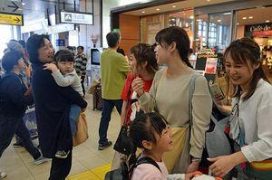家族や親戚に見送られる帰省客ら=5日午後、新青森駅