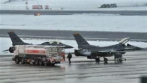 青森空港に緊急着陸し駐機する米軍三沢基地所属のF16戦闘機=28日午後5時45分ごろ
