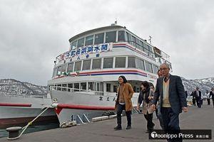 運航を開始した遊覧船での周遊を楽しみ、休屋桟橋に降り立つ乗客=14日、十和田市奥瀬