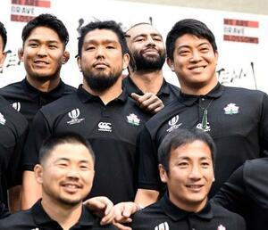 記者会見を終え、笑顔で写真に納まる(上左から)姫野、堀江、リーチ、坂手、(下左から)田中、流=21日、東京都内