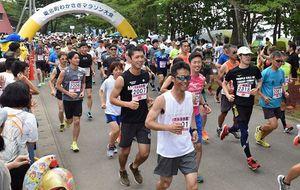 笑顔でスタートし、小川原湖畔のコースで健脚を競う参加者