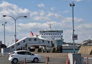 右側にあるポール上にあるのがETCアンテナ。18日は白い乗用車のETC車載器と無線通信状況を確認した=八戸港フェリーターミナル