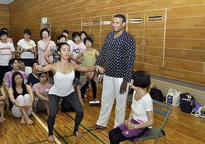 体の動かし方のポイントを解説するスダカーさん(右から2人目)