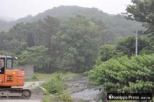 オカムラ食品工業が計画するサーモン中間養殖場の建設予定地=6月15日、深浦町黒崎・大峰川