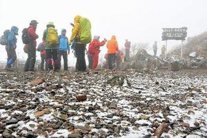 うっすらと雪が積もった岩木山9合目=15日午前9時半ごろ、弘前市