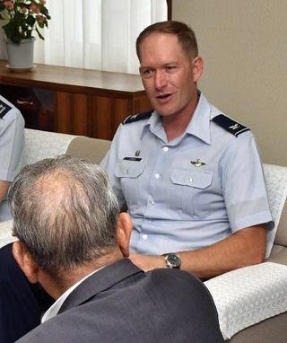 米軍三沢基地司令官 友好関係継続に意欲/市長を訪問