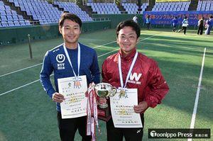 優勝した船水颯人選手(右)と3位入賞の兄・雄太選手=20日、青森市の新県総合運動公園テニスコート
