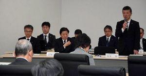 事業開始時期延期をむつ市議会に説明するRFSの坂本社長(右)
