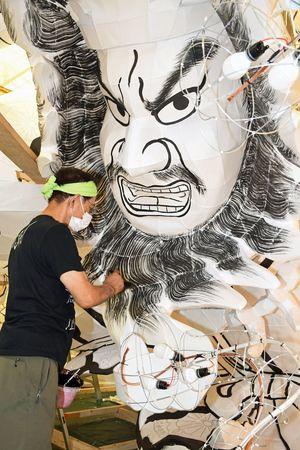 代替イベントが8月中に実施する方向となり、制作を急ぐねぶた師の北村蓮明さん=6日、青森市