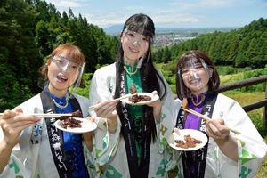 平川サガリを炭火焼きで味わうGMU(左から堀川あい、田中シュリ、藤本ほのみ)=平川市自然の森