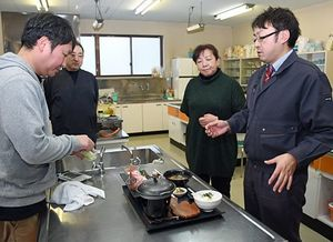 リニューアルするメバル膳の味付けや材料について話し合う協議会のメンバー