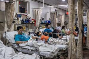新型コロナウイルスに感染し、酸素供給装置につながれてベッドに横たわる患者たち=3日、ニューデリー(ゲッティ=共同)
