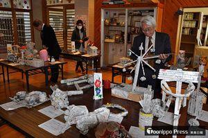 市浦小児童が新聞紙を使って作った作品を並べた展示会