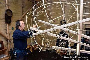 竹を使い胴体部分の骨組み作業に取り組む千葉作龍さん