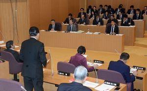 特別委で新税の検討状況を質問する議員ら(手前側)=21日、むつ市議会
