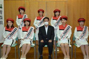 工藤町長(前列中央)と、フルーツ娘の(前列左から)川村さん、千葉さん、工藤さん、田村さん、(後列左から)山野さん、向山さん、内城さん