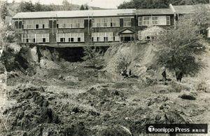 校庭が崩落、土砂にのみ込まれ生徒4人が犠牲となった剣吉中の現場=1968年5月、南部町剣吉伊勢沢