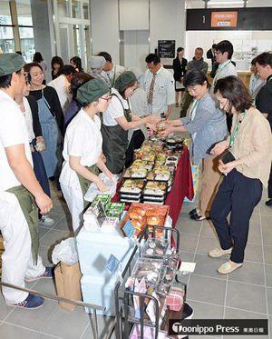 市役所新庁舎の「市民の土間」で、弁当などを買い求める市職員ら