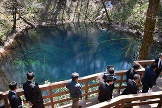 透き通る青池が歓迎 白神山麓十二湖山開き
