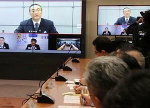 徳島県庁で開かれた危機管理対策本部会議で東京からテレビを通じて参加した飯泉嘉門知事=25日午後11時21分