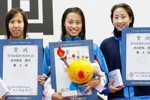 成年女子50メートル自由形を大会新で優勝した岐阜・今井月(中央)=山新スイミングアリーナ
