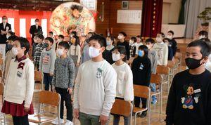 マスクを着けたまま合唱する児童