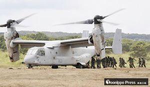 日米共同訓練に参加し、陸上自衛隊の隊員を乗せ訓練する米軍の新型輸送機オスプレイ=18日午後、北海道大演習場