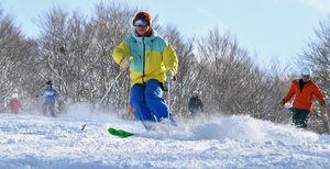 青空の下、久々の雪の感触を楽しむスキーヤー=7日正午、八甲田国際スキー場