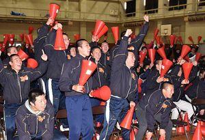 MF檀崎の勝ち越しゴールが決まり、歓声を上げる青森山田高校の生徒たち=14日午後、青森市の青森山田高体育館