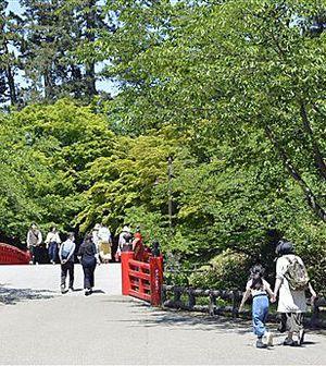 新緑を楽しむ親子連れらの姿が目立った弘前公園=30日昼ごろ