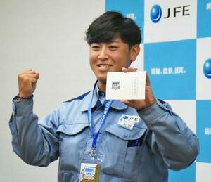 「交渉権確定」の当たりくじを手に、ガッツポーズするJFE西日本の河野竜生投手=18日、広島県福山市