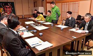 八甲田での樹氷への落書き事案を受け、対策を協議した会議=18日午前、青森市の酸ケ湯温泉