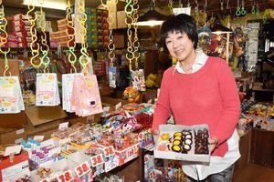 あん玉を復活させた加川社長。本店には駄菓子が所狭しと並ぶ=青森市第二問屋町