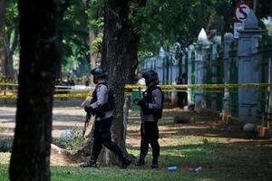 3日、インドネシア・ジャカルタの独立記念塔付近で警戒に当たる警官(ロイター=共同)