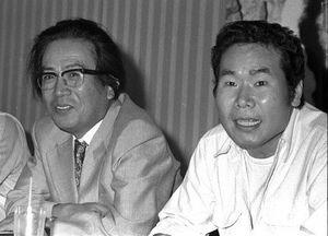 1976年8月、映画「八つ墓村」の製作発表に出席した渥美清さん(右)と橋本忍さん=東京都内のホテル