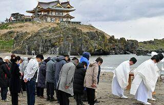新社殿完成し最初の祈り/蕪島で鎮魂祭