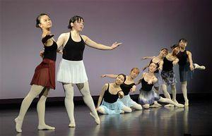 舞台を広く使ったダンスを披露するバレエ班